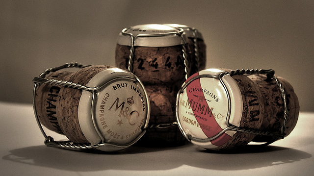 Corchos con su bozal de alambre - Fotografía: Monster - Flickr