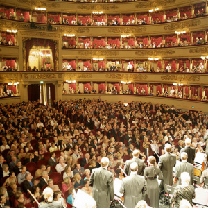 Público mirando atónito el blog de la Enoarquía en La Scala de Milán. Foto: luxorium, Flickr.