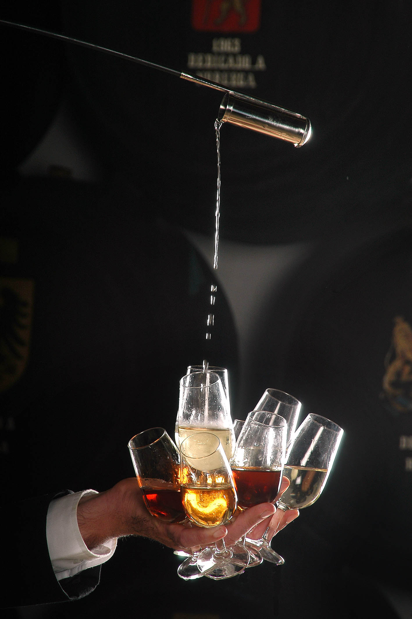 Venencia de distintas tipologías del Jerez sobre un grupo de copas