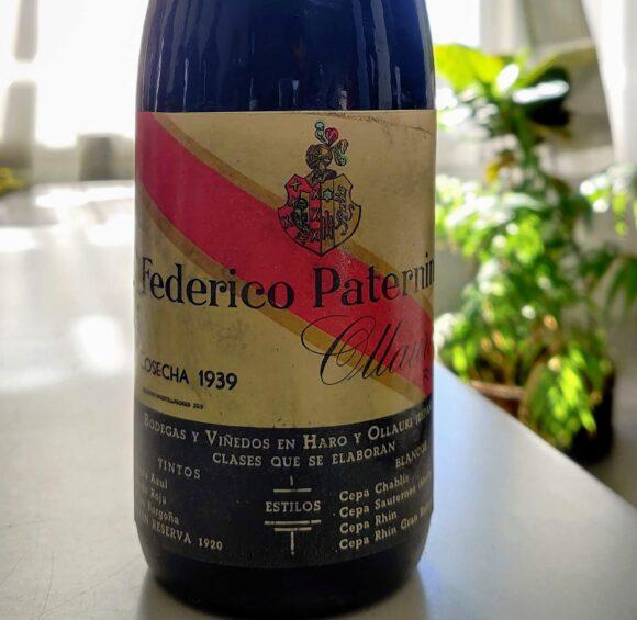 Primer plano de la etiqueta de la botella de 1939